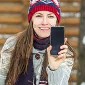 Jonge mooie brunette vrouw met behulp haar slimme telefoon — Stockfoto