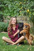 Femme avec ses beaux chiens — 图库照片