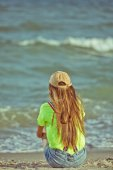 Girl listening to music of the ocean — Stock fotografie