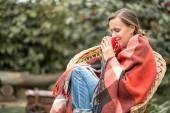Mujer otoño tomando café — Stockfoto
