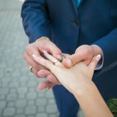 Wedding hands with ring — Stock Photo