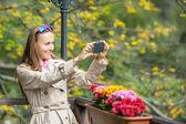 Jovem mulher usando telefone inteligente — Fotografia Stock