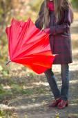 Mujer con paraguas rojo — Foto de Stock