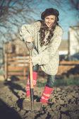 Kvinna som arbetar i trädgården — Stockfoto