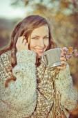 Autumn woman drinking aromatic coffee of tea — Stock Photo
