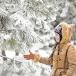 Beautiful winter woman have fun in winter park — Stock Photo #58618013