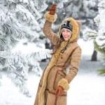 Beautiful winter woman have fun in winter park — Stock Photo #58618019