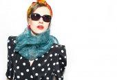 Módní žena v šátku a sluneční brýle — Stock fotografie