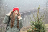 Young traveler enjoy trip and firstn snow — Stock Photo