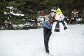 Funny winter woman with snowman — Stockfoto