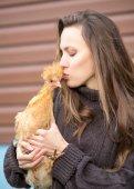 Woman with hen — ストック写真