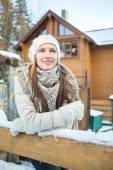 Pretty woman enjoy her winter vacation in mountain resort — Stock Photo