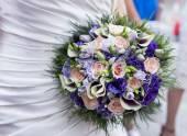 Bouquet de noiva com flores rosas e violetas — Fotografia Stock