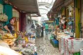 туристов, так и покупатели, проходя мимо акра гранд базар — Стоковое фото