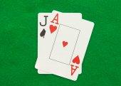 W blackjacka z żeton w kasynie na zielony kasyno tabeli — 图库照片