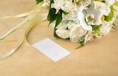 Bouquet di ponte bella e graziosa con carta — Foto Stock