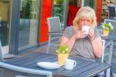 Kvinna i gatan café — Stockfoto