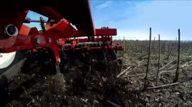 Tractor works in a field. Cultivator loosens the earth. — Stock Video