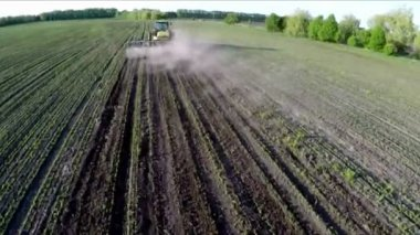 Tractor in a field holding seeding. Tillage modern technology. Aerial footage. Flying over a tractor in a field — Stock Video