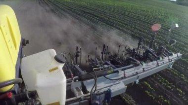 Die Kamera ist auf einen Traktor montiert und Grubber nimmt einen Job in einem Feld — Stockvideo