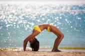 Mar amarillo morena mujer traje de baño — Foto de Stock