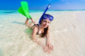 Maldives, women  with flippers, mask — Stock Photo