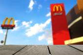 CHIANGMAI, THAILAND - MAY 13: McDonald's sign in midst of blue sky on May 13, 2015 in Chiangmai. It is the world's largest chain of hamburger fast food restaurants — Stock Photo