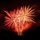 Güzel fireworks uygulamasında gün izole siyah arka plan üzerine kutlamak — Stok fotoğraf