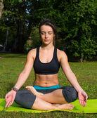 Mujer joven es practicando yoga — Foto de Stock
