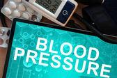 言葉の血圧を搭載したタブレットします。 — ストック写真