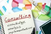 Consultoria a palavra escrita no bloco de notas e gráfico. — Fotografia Stock