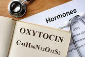 Oxytocin ord skrivet på listan bok och hormoner. — Stockfoto