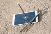 Composición del metal uñas y smartphone — Foto de Stock