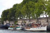 Seine River and Bateau Mouche in Paris — Stock Photo