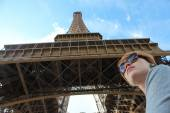 Portrait happy woman in front of Eiffel Tower — Stock Photo