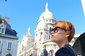 Beautiful young woman of Sacre-Coeur Basilica in the Montmartre — Stock Photo