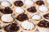 Печенье безе белый и черный. — Стоковое фото