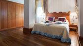 インテリア デザイン。大きなモダンなベッドルーム — ストック写真