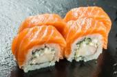 Salmón y caviar rollos servido en un plato — Foto de Stock