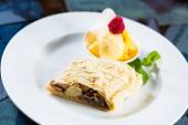 Apple strudel with icing sugar,almonds and vanilla ice cream — Zdjęcie stockowe