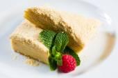 Napoleão de bolo de massa folhada com creme de leite em um prato. — Foto Stock