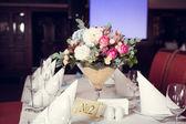 Masaya güzel çiçek — Stok fotoğraf
