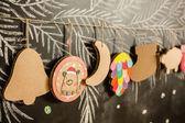 Giocattoli di cartone per l'albero di Natale o la ghirlanda. Decorazioni creative. Messa a fuoco selettiva — Foto Stock