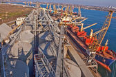 Grain from silos being loaded onto cargo ship on conveyor belt — Stock Photo