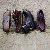 Set of man footwear on a grunge  background — Stock Photo