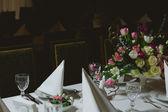テーブルの上の美しい花 — ストック写真