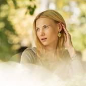 портрет красивой молодой женщины в парке. — Стоковое фото