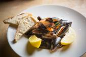 Mussels whith sauce of fresh tomatoes — Stock Photo