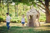 Due bambini che giocano nel parco — Foto Stock