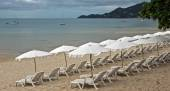 Beach with loungers and umbrellas — Stock Photo